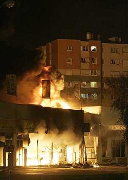 Et hus brenner i Paris-forstaden Aulnay-sous-Bois. (Foto: AP/Scanpix)