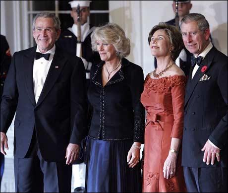 George, Camilla, Laura og Charles møttes i Det Hvite Hus i går, 2. oktober 2005. Men hva er det de to til høyre holder på med? (Foto: Scanpix / AFP)