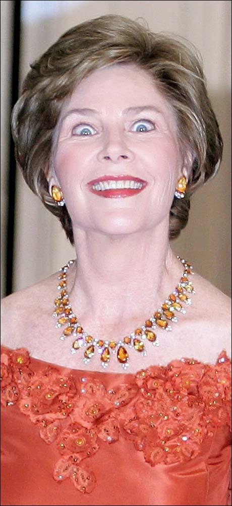 ... men ØYNENE til presidentfruen?? Sminke og stive smil er én ting, men så små pupiller ser rett og slett ikke riktig ut. Tok hun for mange lykkepiller? Eller er det, nei, det kan da ikke stemme, noen form for dop? (Foto: Scanpix / AFP)