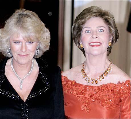 Det pussige er at Laura Bush beholdt dette ansiktsuttrykket gjennom hele bildeserien. Camilla ser noenlunde normal ut, men... (Foto: Scanpix / AFP)