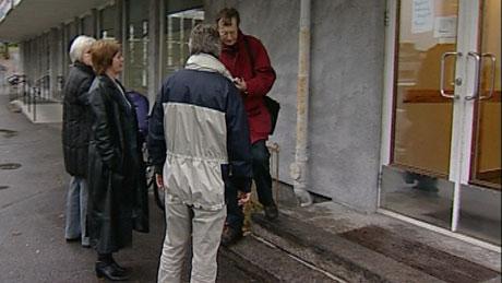 Alle som befant seg i bygningen ble evakuert etter bombetrusselen. Foto: NRK