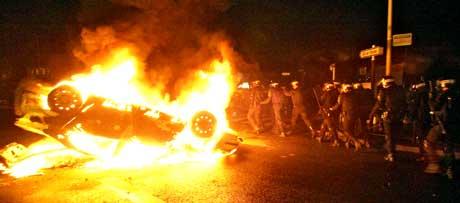 Opprørspoliti i forstaden Aulnay-sous-Bois ved Paris på patrulje i natt, den sjuende natten med opptøyer. Den kommende natten fryktes å bli enda verre. (Foto: Scanpix/AFP)