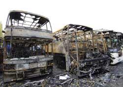 Disse bussene ble satt fyr på av opprørerne i Aulnay-sous-Bois i natt. (Foto: Scanpix/AFP)