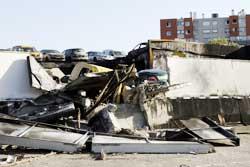 Renault-garasjen ser mest ut som en slagmark etter opprørernes herjinger. (Foto: Scanpix/AFP)