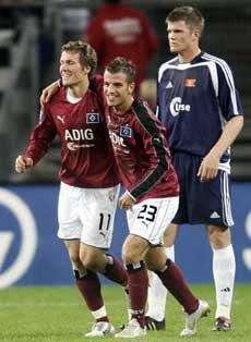 Målscorerne Raphael van der Vaart og Benjamin Lauth jubler over Hamburg-mål, mens Øyvind Svenning depper. (AP Photo/Fabian Bimmer)