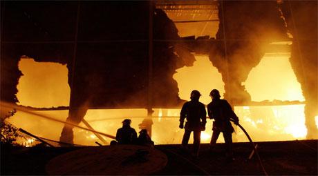 En lagerbygning ble satt i brann i Paris-forstaden Le Bourget i natt. (Foto: Francois Mori/AP/Scanpix)