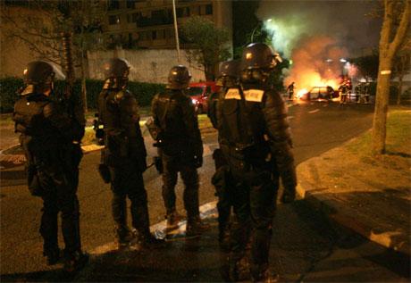 Opprørspoliti vokter gatene i voldsherjede Clichy-sous-Bois utenfor Paris. (Foto: Thomas Coex/AFP/Scanpix)