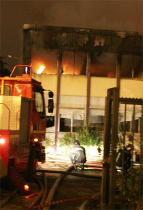 Brannmannskap slukker en påsatt brann i Le Blanc Mesnil i utkanten av Paris. (Foto: Jack Guez/AFP/Scanpix)