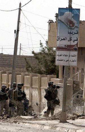 Amerikanske soldater på patrulje i Tal Afar nord i Irak. Over 2000 av deres kolleger er drept i Irak siden USA invaderte landet i mars 2003. (Foto: AFP/Scanpix)