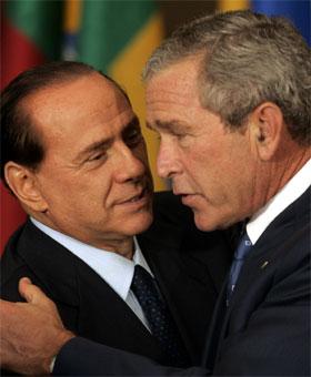Silvio Berlusconi er nær venn av George W. Bush, men hevder nå at han var motstander av Irak-krigen. (Foto: Susan Walsh/AP/Scanpix)