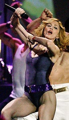"Madonna framførte sin nye single ""Hung Up"" under MTV Europe Music Awards. Foto: Jose Manuel Ribeiro, Reuters / Scanpix."