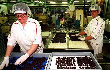 STENGT NED: Også i 1999 var det en runde på Freia sjokoladefrabrikk, hvor maskinen som Anne-Berit Moen og Karin Henriksen jobbet ved, ble stengt ned. Arkivfoto Scanpix.