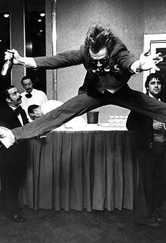 Jahn Teigen sender gjerne et splitthopp til Trondheim, slik som etter 0 poeng i den internasjonale finalen i Melodi Grand Prix i Paris i 1978. Foto: Scanpix.