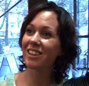 — En av frisørene her opplevde at hun etter fem år i yrket plutselig fikk en kraftig allergisk reaksjon med hovent hode og gjenklistrede øyne, forteller frisør Pernille Damgaard Jensen.