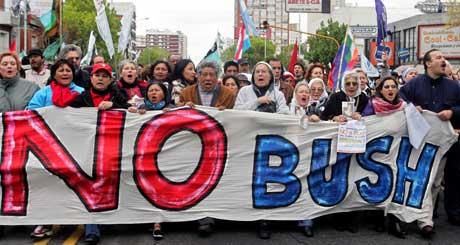 """NOBELPRISVINNER I DEMONSTRASJONSTOG: Vinner av Nobels fredspris Adolfo Perez Esquivel (i hvitt i midten) og medlemmer av organisasjonen """"Madres de Plaza de Mayo"""" leder an i protesttoget. (Foto: Daniel Garcia / AFP / Scanpix)"""