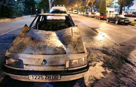 Nattopptøeyene sprer seg stadig mer. Denne bilen var en av tjue som i natt ble brent i Nice på Rivieraen. (Foto: AFP)