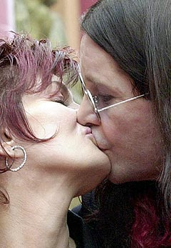 - Han er som en kanin i senga, sier Sharon Osbourne om sin mann Ozzy. Foto: Nick Ut, AP Photo / Scanpix.
