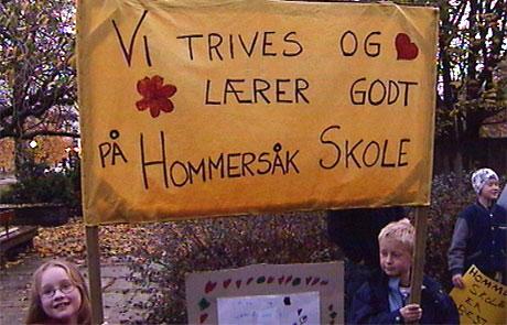 Elever fra Hommersåk skole protesterer mot nedleggelse. (foto: NRK)