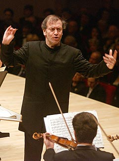 Dirigent Valery Gergiev, her foran Kirov-orkesteret i Carnegie Hall i 2003. Foto: Louis Lanzano, AP Photo / Scanpix.