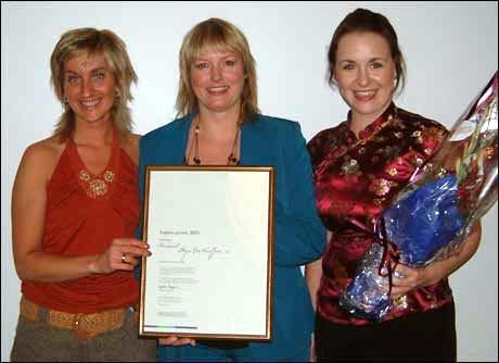 Kari-Ann Kaspersen Wemby, Beate Vik Hauge og Ann-Helen Blakset tok mot prisen på vegner av Reisemål Stryn og Nordfjord. Privat foto
