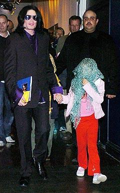 Michael Jackson, sammen med et av sine barn, ankommer Madame Tussauds i London tidligere i år. Foto: Michael Stephens, AP Photo / Scanpix.