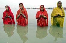 Hindukvinner i den hellige elva Ganges. Foto: NRK-arkiv