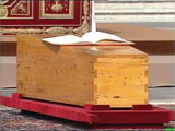 Inni denne enkle kista ligg pave Johannes Paul II. Foto: NRK-arkiv.