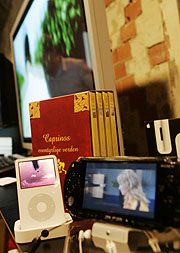 Flate TV skjermer, dataspill, og Mp3 spillere blir årets vinnere under juletrærne i norske hjem spår fagbladet Elektronikkbransjen. Foto: Cornelius Poppe / SCANPIX