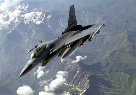 Et amerikansk F-16-fly patruljerer grensen mellom Tyrkia og Irak. (Foto: Scanpix / AP)