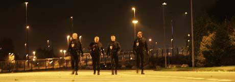 Opprørspoliti patruljerte i natt en forstad til Paris. Ved midnatt trådte unntakslovene i kraft. (Foto: C. Ena, AP)