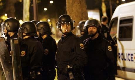 Det var roligere i Paris-området i natt, ikke minst fordi opprørspoliti patruljerte gatene. (Foto: C. Ena, AP)
