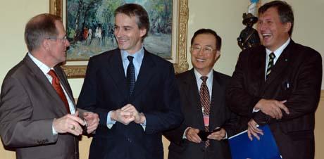 Møte mellom allierte i WTO i Geneve: Fra v. landbruksminister Josespth Deiss, Sveits, utenriksminister Jonas Gahr Støre, WTO-ambassadør Choi Hyuck, sør-Korea og landbruksminister Terje Riis-Johansen. (Foto: Kjetil Elsebutangen, Scanpix)