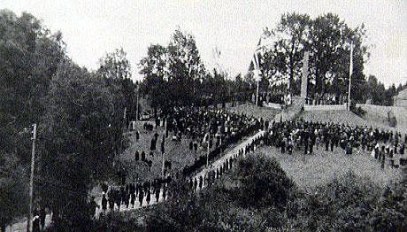 Nazibautaen på Stiklestad ble innviet i 1944. Foto fra ukerevy nr 31.