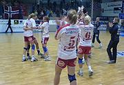 Larvik-spillerne jubler etter seieren mot Gjerpen. Foto: Nils Mehren, NRK.