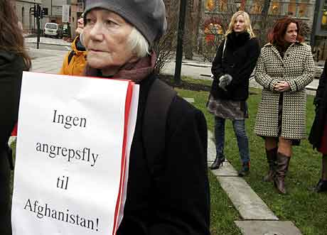 Stortingsrepresentantene Heidi Sørensen (t.h.) og Inga Marte Thorkildsen fra SV deltok litt tilbaketrukket i organisasjonen Fredsinitiativets demonstrasjon foran Stortinget onsdag Foto: Jarl Fr. Erichsen / SCANPIX