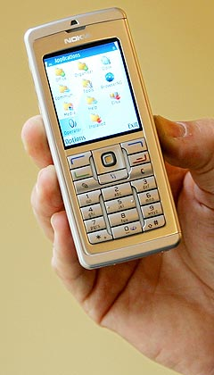 De yngste ungdommene er mest fortrolige med å bruke mobiltelefonen til å laste opp musikk på. Foto: Scanpix.