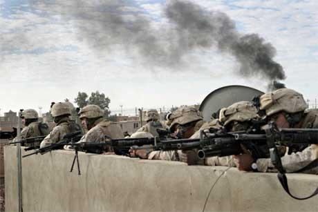 "Amerikanske soldater skyter på fienden under ""Operasjon stålteppe"". (Foto: Den amerikanske hæren/Neill A. Sevelius/ USMC/ Reuters/ Scanpix)"