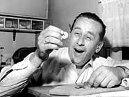 """Vidar Sandbeck skrev blant annet """"Pengegaloppen"""". Her i et bilde fra 1959. (Foto: Scanpix)"""