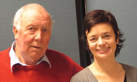 DISKUTERER GRISEN: Per Theodor Haugen og Gisken Armand som far og datter. (Foto: Gjertrud Helland).