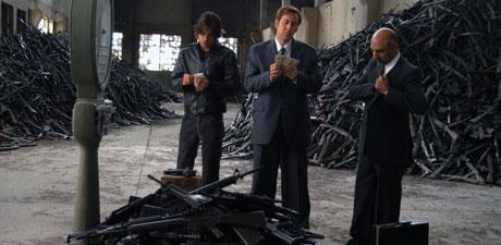 Nicolas Cage tjener seg styrtrik på våpen i filmen Lord og War. Foto: Filmweb