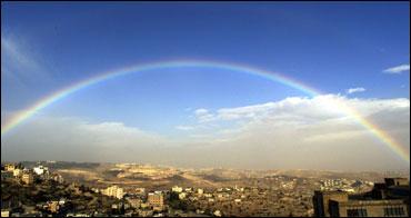 En regnbue viste seg julaften over Betlehem, hvor pilgrimer og turister nesten er totalt fraværende denne jula. (Foto: Scanpix/Reuters)