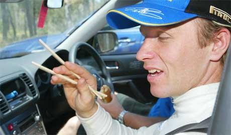 Petter Solberg slapper av i en servicebil etter krasjen (Foto: Scanpix/AP Photo)