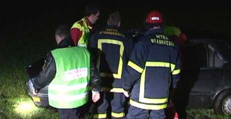 Redningsmannskapene på ulykkesstedet i natt. (Foto: Petter Vidar Vågsvær)