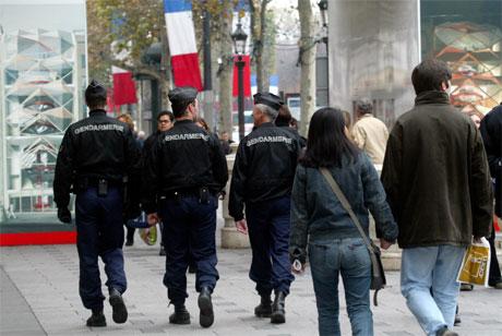 Fransk politi patruljerer gatene i Paris i dag. (Foto: Mehdi Taamallah/AP/Scanpix)