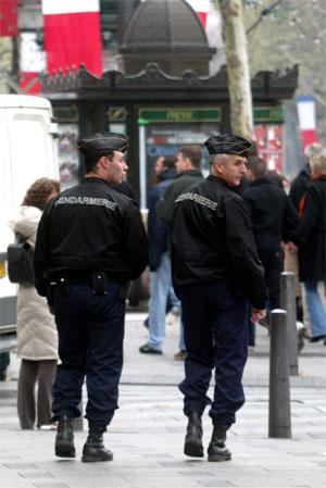 Et par tusen politifolk patruljerer gatene i Paris i dag. (Foto: Mehdi Taamallah/AP/Scanpix)