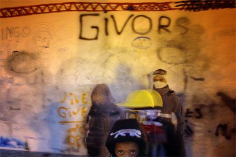 Ungdommer i Lyon, der nye voldshandlinger brøt ut i kveld. (Foto: Jean-Philippe Ksiazek/AFP/Scanpix)