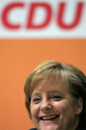 Angela Merkel er på vei til regjeringskontorene i Berlin. (Foto: Fabrizio Bensch/Reuters/Scanpix)