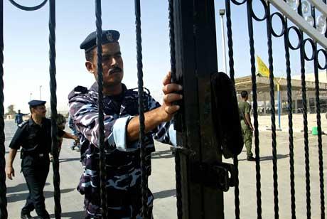 Palestinsk politimann ved grenseovergangen mellom Gazastripen og Egypt (Scanpix/AFP)