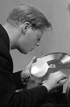 Arne Bendiksen har gjort mye rart i sin musikalske karriere. Her sjekker han kvaliteten på en Monn-Keys-plate i 1957. Foto: Sverre A. Børretzen, Aktuell / Scanpix.