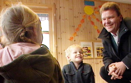 FOLKETS MANN: Øystein Djupedal er venstresidens mann. Her besøker han en barnehage etter rabalderet i høst. (Foto: Odd Iversen, NRK)